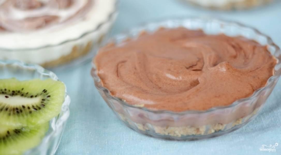 3. Перемешаем все очень тщательно, отдельно растопим шоколад, вливаем его к  тесту и снова перемешаем. Теперь вливаем готовый желатин, опять перемешаем.