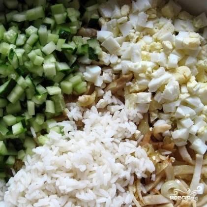 Следом в салат отправляется отваренный до готовности и охлажденный рис.