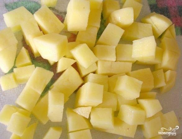 Картофель чистим, моем и нарезаем кубиками.