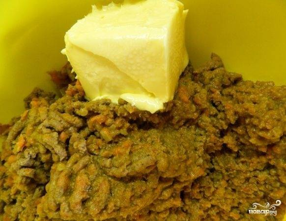 10.После измельчения добавляем соль и перец, а также кусочек размягченного масла, перемешиваем.