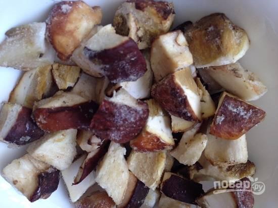 Картофель закипел, достаем из морозилки грибы. Я сразу же после того, как почищу грибы, нарезаю их небольшими кусочками и замораживаю.