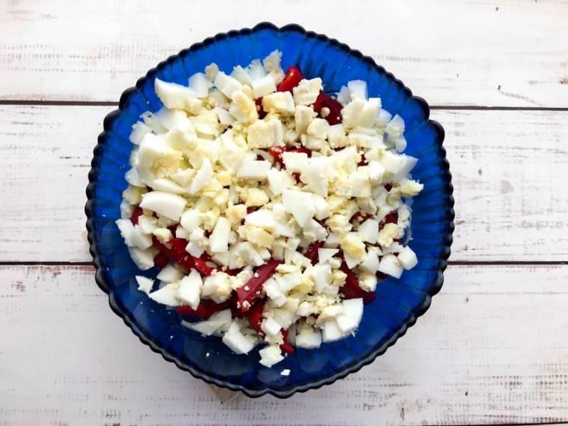 Яйца варите 7-8 минут после закипания воды. Вареные яйца остудите, очистите от скорлупы, мелко нарежьте и добавьте к остальным ингредиентам.