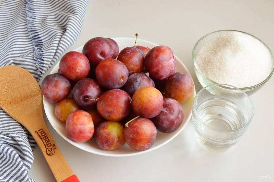 Подготовьте ингредиенты. Сливы переберите, вымойте, отмерьте сахар и воду.