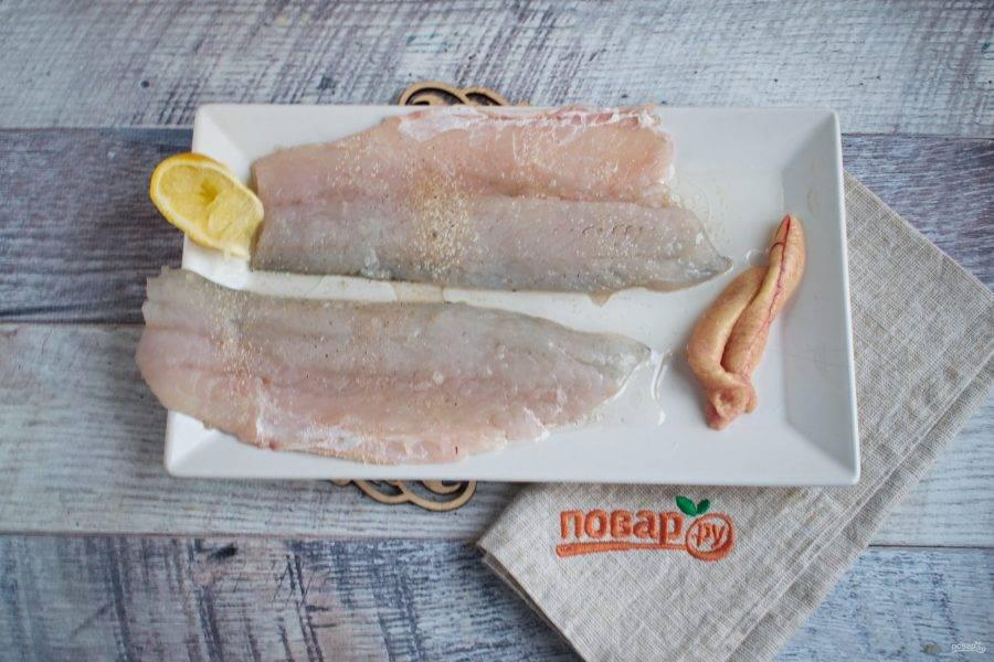 У рыбы удалите голову, плавники, хвост. Сделайте надрез вдоль хребта, удалите его. Филе посыпьте сушенным чесноком, солью и перцем по вкусу, полейте лимонным соком и оливковым маслом.