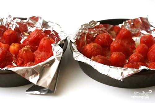 1. Разогреть духовку до 230 градусов со стойкой в средней позиции. Выстелить дно и бока круглой формы для выпечки алюминиевой фольги. Выложить в форму помидоры один за одним. Аккуратно сжать помидоры, чтобы удалить как можно больше жидкости. Повторить с оставшимися помидорами. Посыпать помидоры коричневым сахаром. Запекать помидоры, пока они не станут сухими и слегка не подрумянятся, около 45 минут. Томатный сок отложить в сторону.