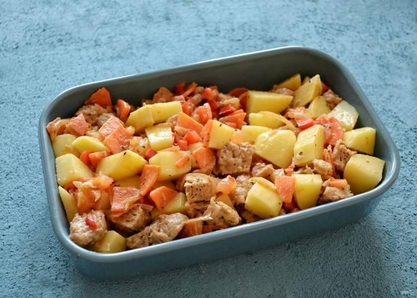 Соедините соевое мясо, овощи и картофель вместе, перемешайте. Переложите в форму для запекания.