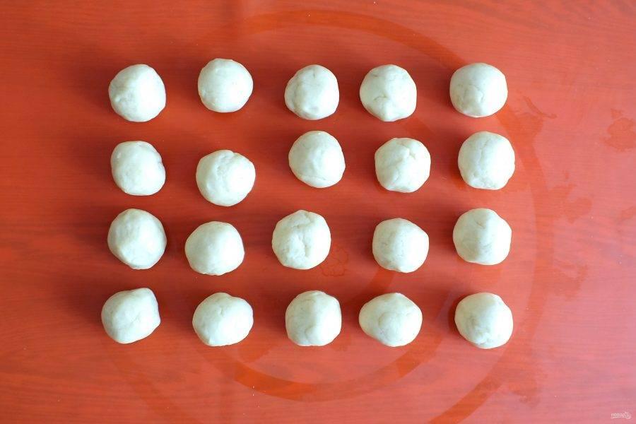 Разделите тесто на 20 частей. Скатайте шарики.