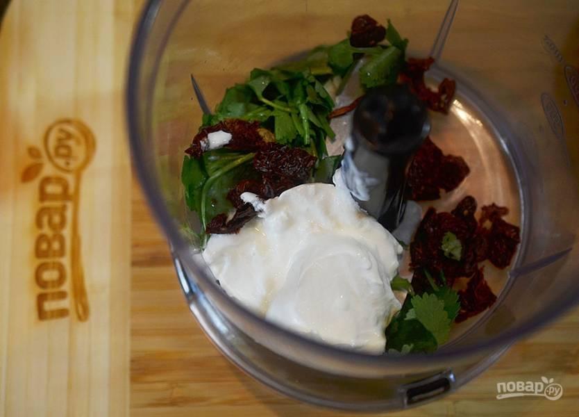 3. В чашу блендера положите помидоры с чесноком, базилик  творожный сыр или тофу.
