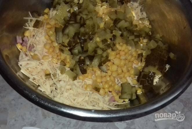 Маринованные огурчики нарезаем кубиками и отправляем в миску к другим ингредиентам.