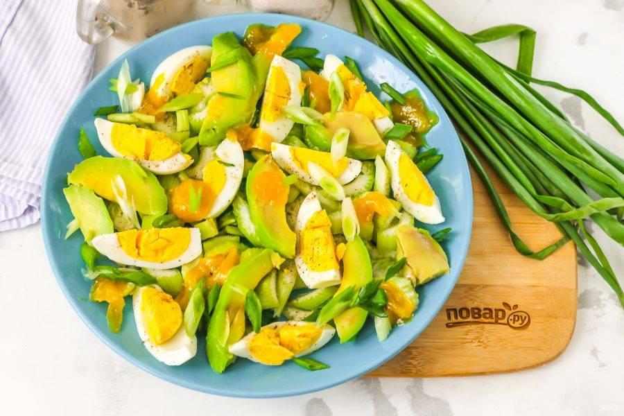 Промойте стебли зеленого лука, нарежьте их и присыпьте салат сверху. Можно использовать маринованный белый лук или красный (сладкий).