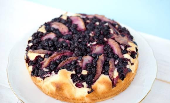 5. При температуре около 180 градусов выпекайте пирог с яблоками и черникой в домашних условиях до румяности.