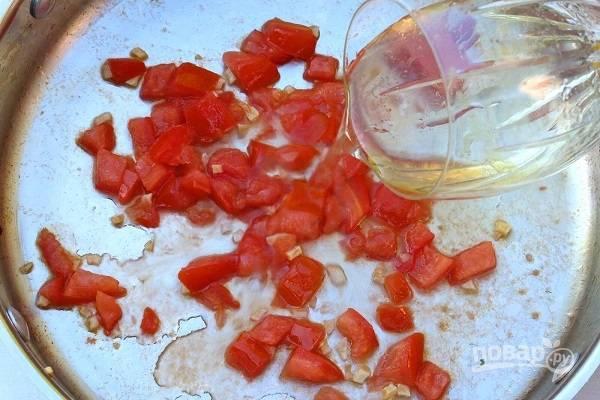 3. Обжарьте пару минут, помешивая. Влейте вино.