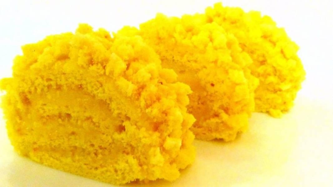 7. Сверху покройте рулет остатками крема. Отрезанный кусочек бисквита нарежьте маленькими кубиками и обсыпьте ими рулет. Поставьте рулет в холодильник на 1 час. Приятного аппетита!