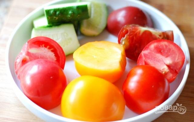 3. Более крупные можно нарезать пополам. Также можете добавить немного свежего огурца, он придаст салатику аромат. Выжмите сок половинки лимона.