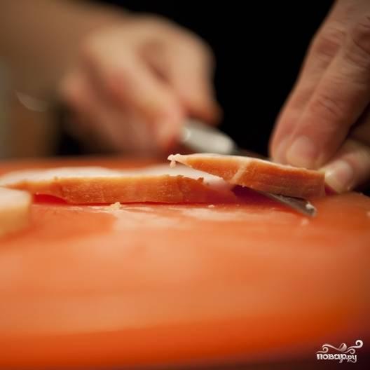 2. Если вы не используете мясную нарезку, то тонко нарежьте ветчины, копченую свинину и салями.