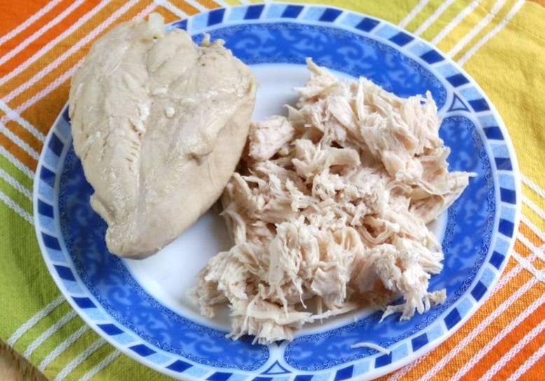 4. Это время можно потратить на приготовление начинки. Отварите куриное филе до готовности, немного остудите и измельчите.