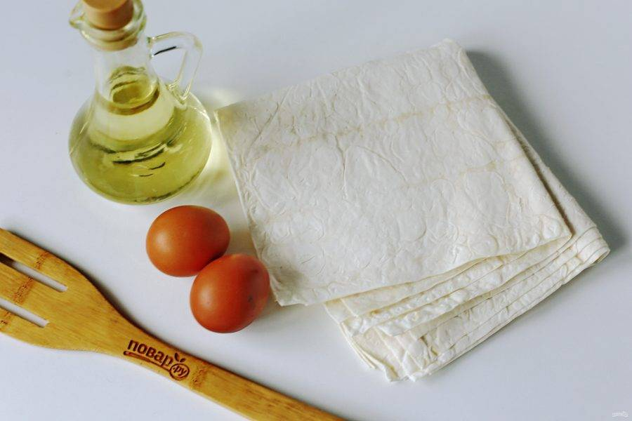 В качестве основы для пирожков — лаваш. У меня на данное количество ингредиентов для начинки уходит 1 упаковка — это 4 штуки лаваша среднего размера. Так же нам понадобится два яйца для кляра и растительное масло для жарки.