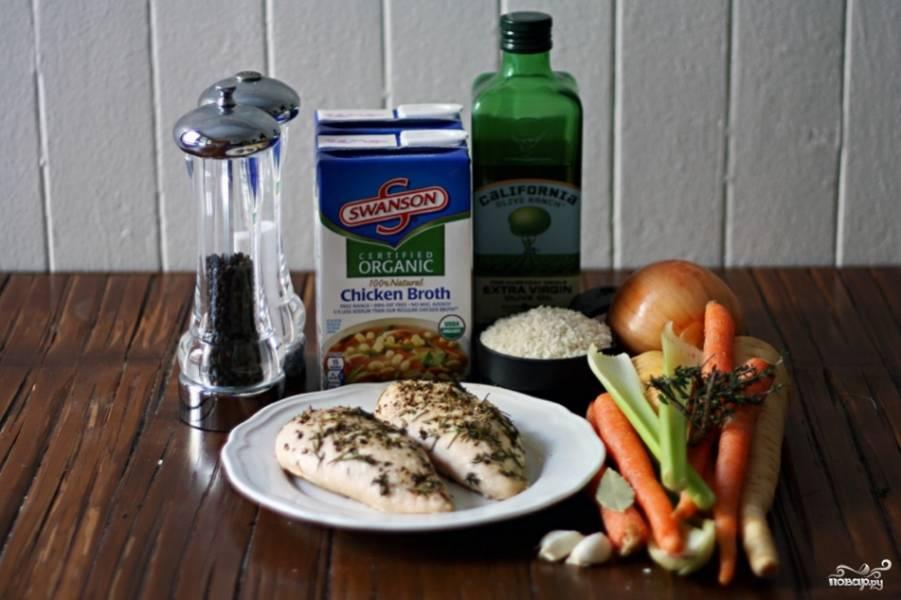 Подготовьте ингредиенты. Отварите до готовности куриную грудку. Также ее можно запечь в духовке.