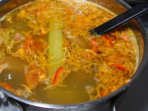4. Варим все вместе, пока чечевица и горох уже будут готовыми, - тогда добавим измельченные овощи (морковку, перец и картофель)