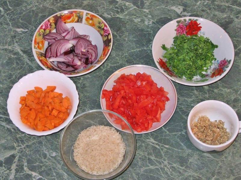 Также измельчаем зелень, режем помидоры, ошпарив их и сняв шкурку. Лук режем полукольцами, морковь четвертинками.