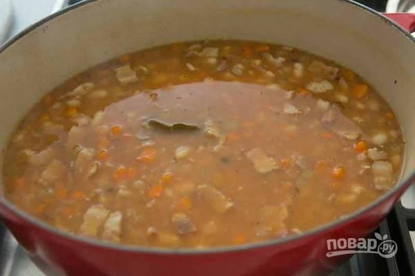 5.За 10 минут до конца приготовления добавьте томатную пасту, паприку, удалите лавровый лист.