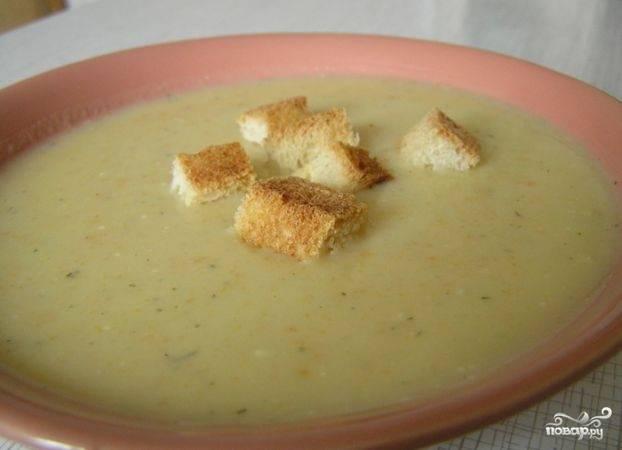 4. Суп-пюре из капусты обычно подают с сухариками. Приятного!