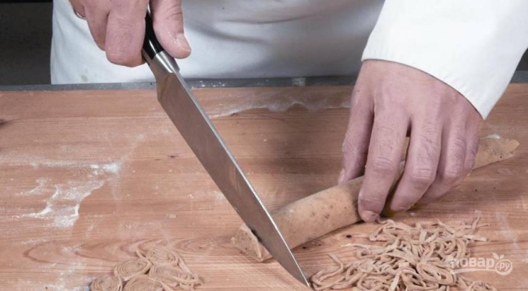 Грибы нарежьте небольшими кусочками, лук измельчите. В сковороду с растопленным топленым маслом выложите лук и обжарьте до золотистого цвета. Затем добавьте к нему порезанные отварные грибы, готовьте 10 минут, затем опустите в бульон. Тесто на лапшу раскатайте тонко, сверните рулетом и нарежьте тонкими ломтиками, дайте ей подсохнуть 15 минут. Затем отварите в подсоленной кипящей воде около 1 минуты. Бульон доведите до кипения и опустите туда лапшу, варите 3-4 минуты и подавайте к столу.