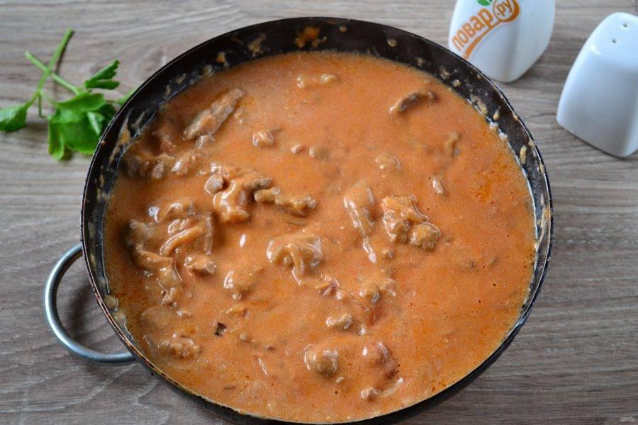 9. Затем добавьте томатную пасту, соль, перец. Перемешайте, накройте крышкой и готовьте на среднем огне в течение 30 минут. Если слишком быстро испарится вся жидкость, можно добавить немного воды или бульона.