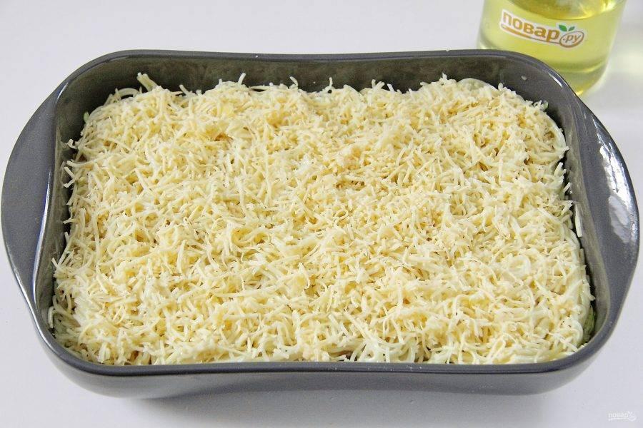 На кабачки выложите оставшиеся макароны и посыпьте их сыром.
