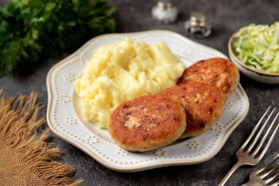 Вкусные домашние котлеты из пеленгаса подавайте к столу сразу же после приготовления.