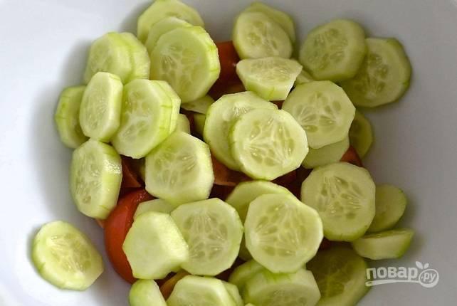 Произвольно нарезаем томаты и огурцы. С огурцов можно снять кожицу (по желанию).