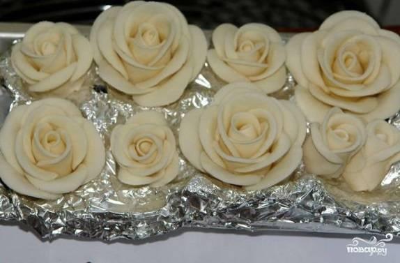 """А вокруг обмотайте целые """"цветочки"""", смазав центр водой. Плотно прижмите — и у вас получатся розочки, как на фото."""
