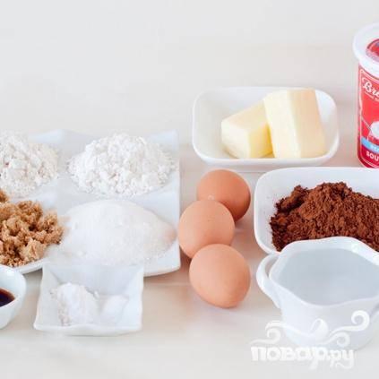 2. В большой миске взбить миксером сливочное масло. Добавить сахар и взбить на высокой скорости около 3 минут. Затем добавить яйца, по одному за раз ,продолжая взбивать. Добавить сметану, ванильный экстракт и взбить.
