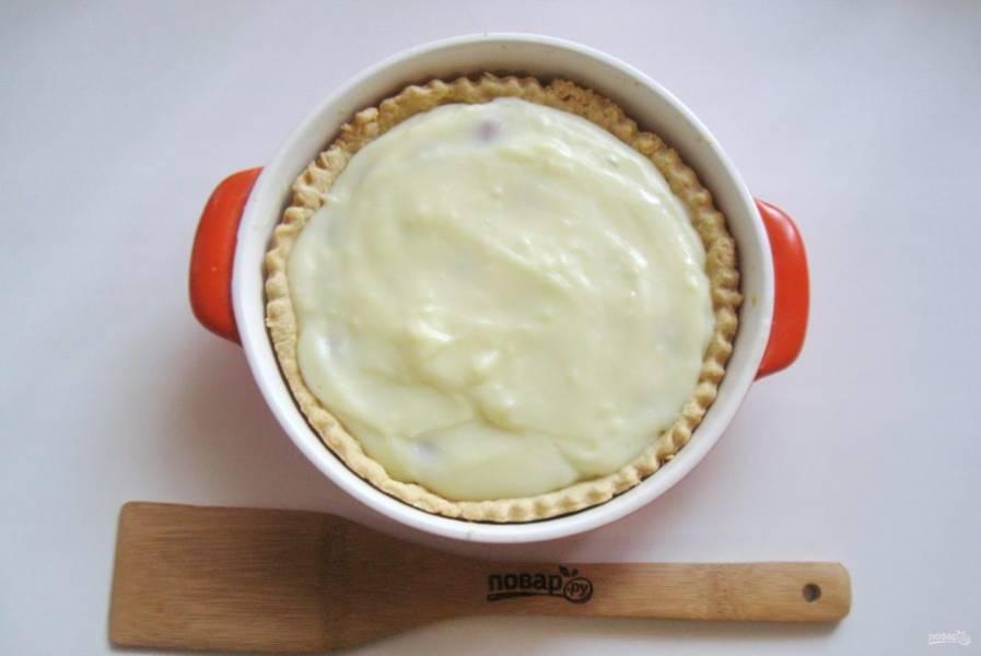 Покройте клубнику заливкой. Поставьте киш в духовку на 6-7 минут.