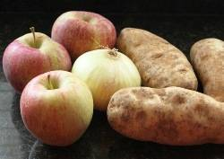 Овощи помойте и почистите.