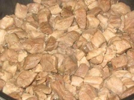 Разогреваем в глубокой сковороде растительное масло, выкладываем на нее кусочки свинины.