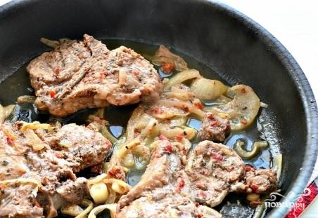Жарьте на медленном огне. Мясо будет выделять сок. Когда он испарится, влейте немного тёплой воды.