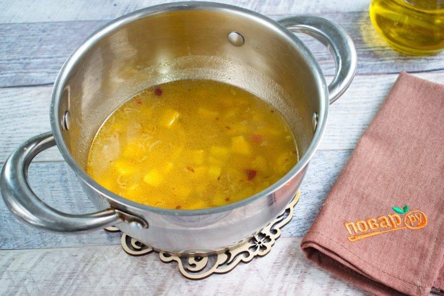 Поджарку добавьте в бульон к батату, доведите до кипения. Посолите и поперчите по вкусу.
