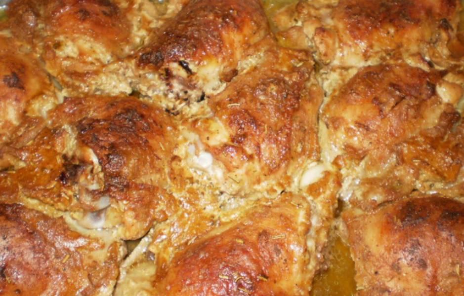 Блюдо запекается в духовке при температуре 180 градусов. Готовить нужно до хрустящей золотистой корочки на курице.