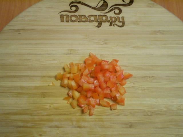 Болгарский перец порежьте маленькими кубиками.