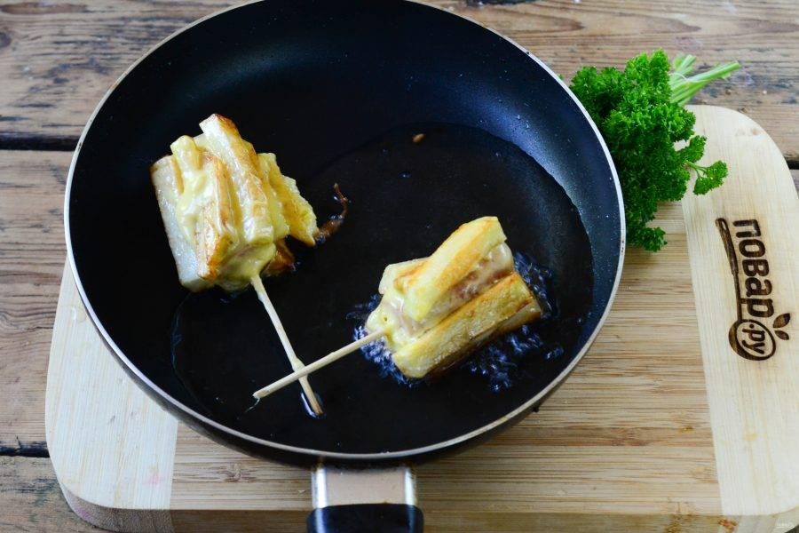 Затем со всех сторон обложите сосиску картофелем фри и жарьте во фритюре или на сковороде в большом количестве растительного масла.