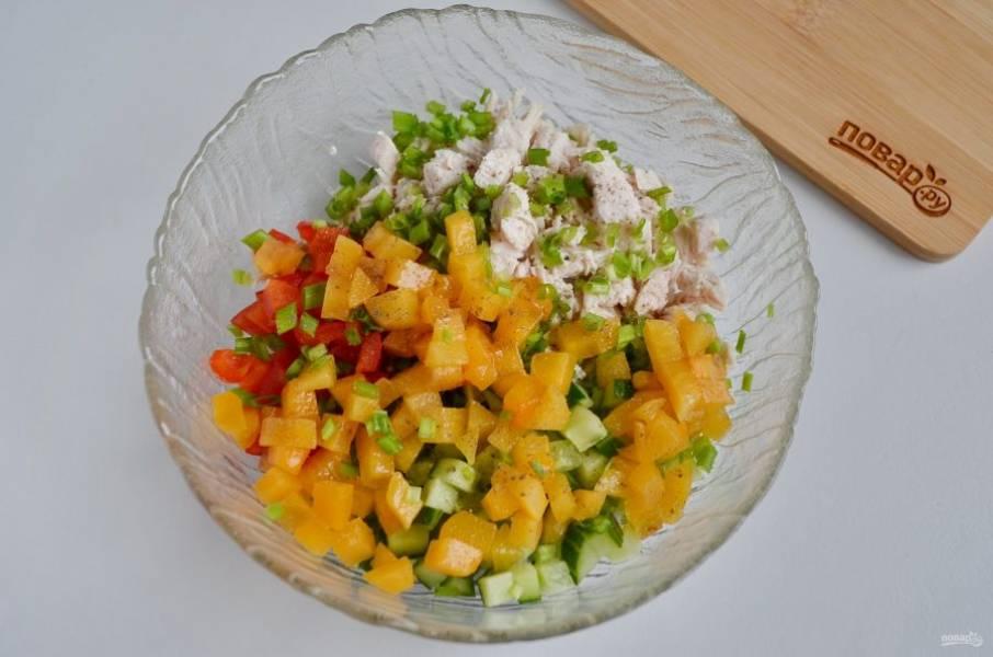 Соедините в салатнике все ингредиенты.