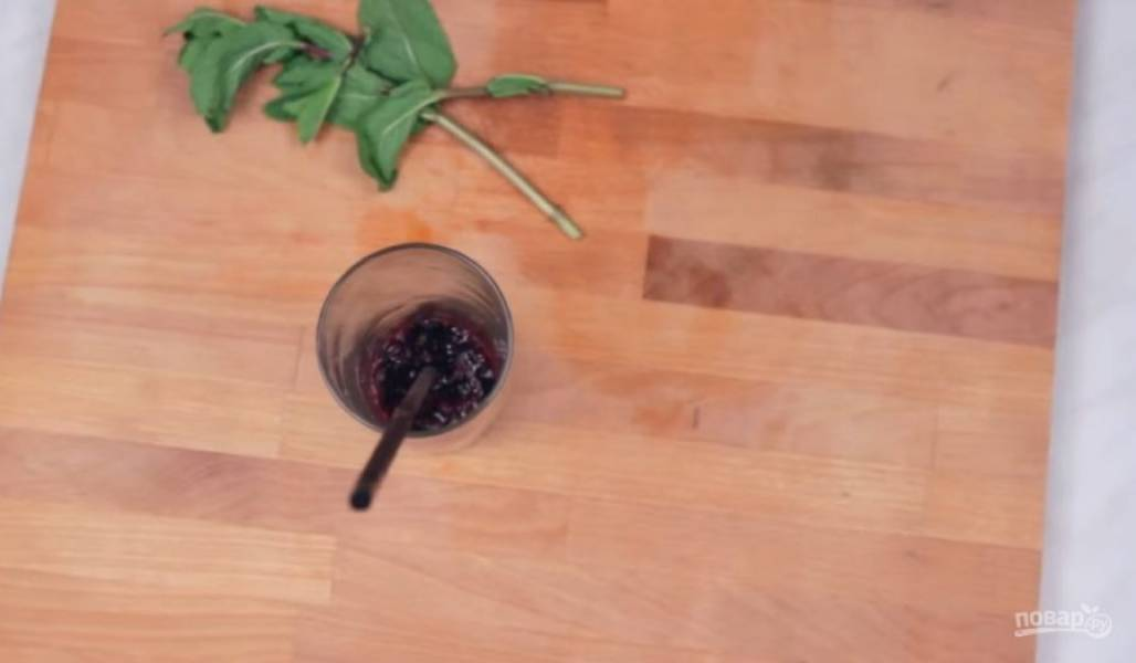 1. Для приготовления ягодного лимонада ягоды измельчите с помощью блендера в кашицу. Часть мякоти отправьте в стакан, добавьте несколько листков мяты и немного помните их, чтобы мята дала сок.