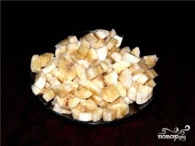 Бананы почистите и нарежьте квадратиками. Потом замешайте их в творожную массу.