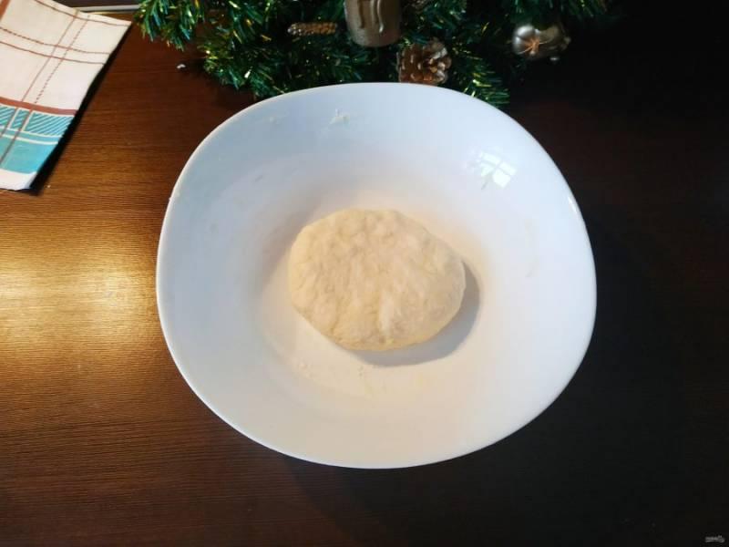Теперь аккуратно лопаткой или руками, как вам удобнее, замесите тесто. Если нужно, добавьте немного муки. Тесто должно получиться очень мягким и эластичным.