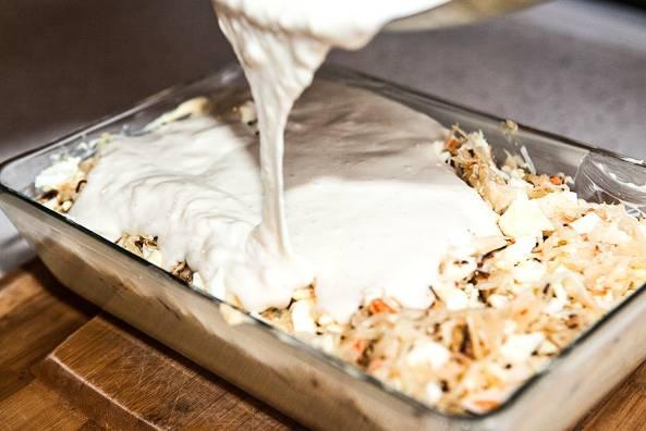 14. Залейте сверху тестом, отправьте в разогретую до 190 градусов духовку.