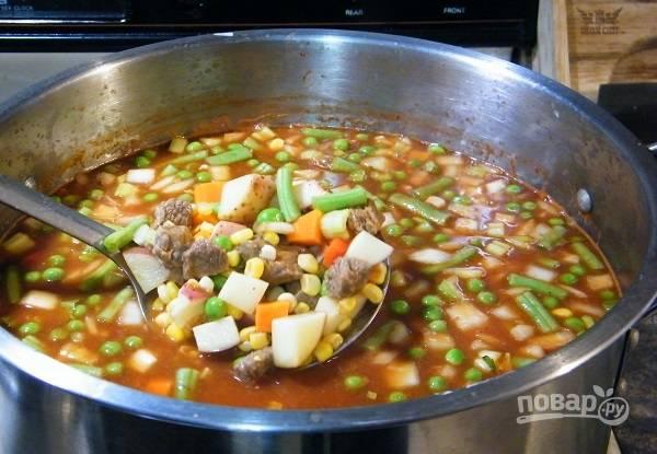 4. Выложите овощи в кастрюлю и варите на среднем огне до мягкости картофеля и полной готовности мяса. Добавьте еще соль и специи по вкусу.  Приятного аппетита!