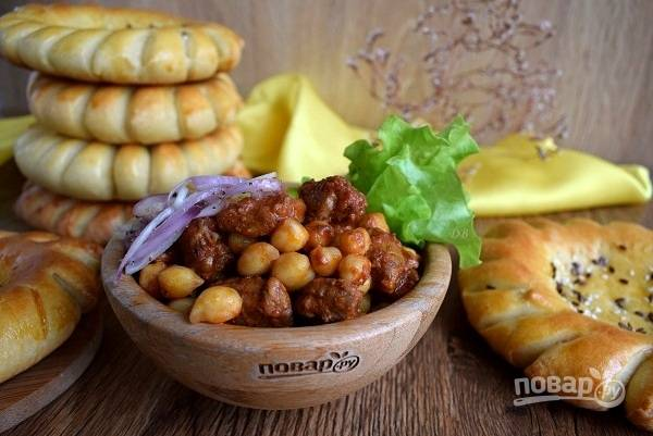 Выложите Гуштнут на тарелку, положите сбоку лук с перцем, добавьте зелень. Приятного аппетита!