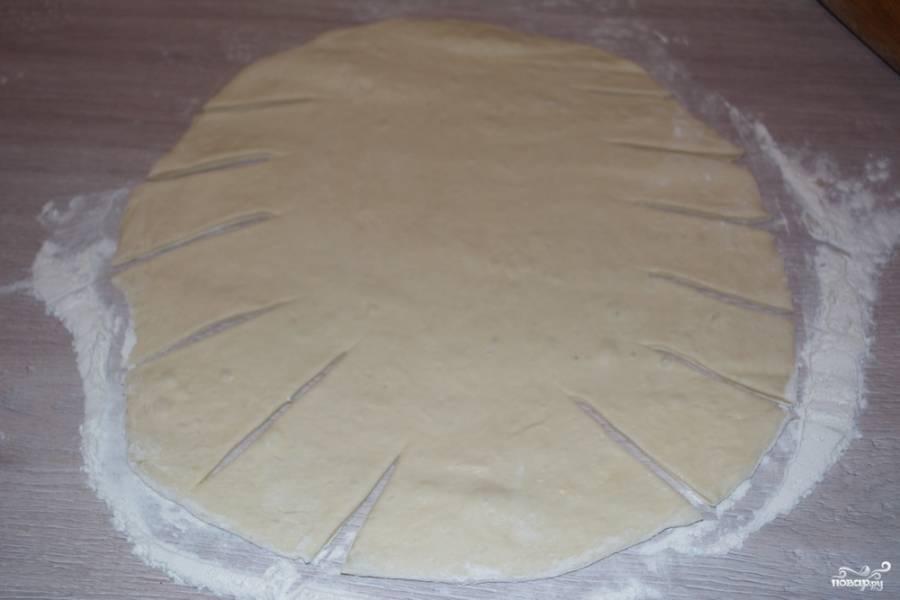Ножом для пиццы сделайте насечку по краю теста. Тесто слегка тянется за обычным ножом, поэтому круглый нож отлично справляется с поставленной задачей.