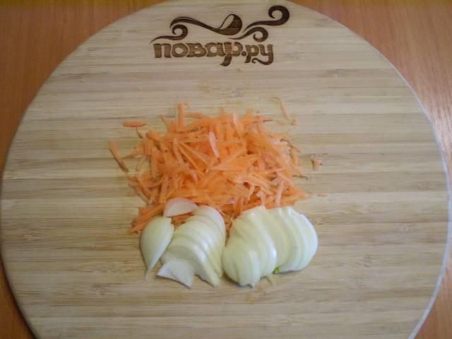 5. Режем лук и трем морковь на крупной терке.